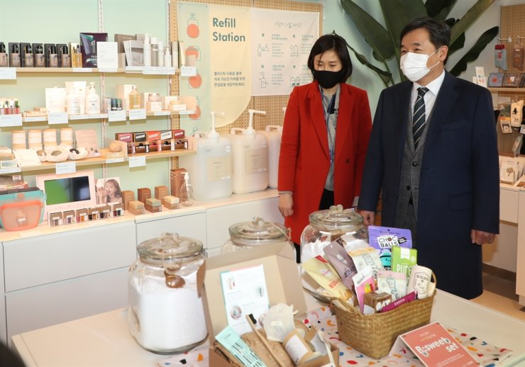 Acting Seoul Mayor Seo Jung-hyeop looks around a vegan products shop in Space Sallim in Dongjak District, Seoul, Feb. 18. Yonhap
