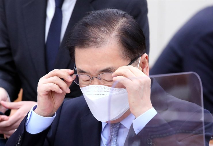 Foreign Minister Chung Eui-yong puts on glasses during a meeting at the National Assembly, Seoul, Feb. 18. Chung, who took office on Feb. 9, has yet to hold a phone conversation with his Japanese counterpart Toshimitsu Motegi, amid the ongoing diplomatic dispute between South Korea and Japan. Korea Times file