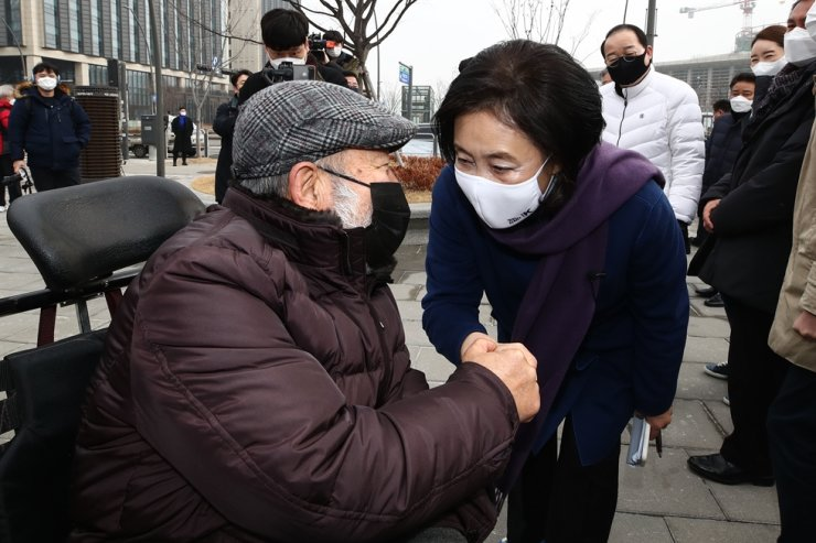 Former SMEs and Startups Minister Park Young-sun, right, a candidate from the ruling Democratic Party of Korea for the Seoul mayoral by-election, greets an elderly supporter in Gangseo District, southwestern Seoul, Sunday. Yonhap