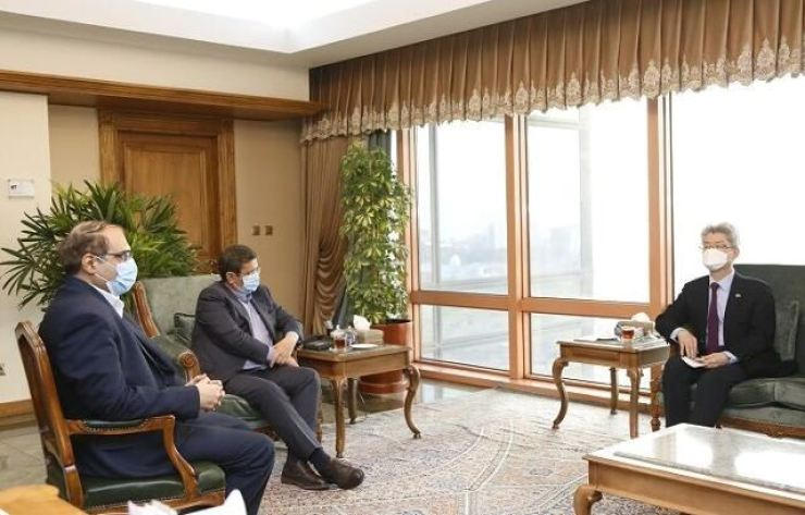 Korean Ambassador to Iran Ryu Jeong-hyun, right, has talks with Abdolnasser Hemmati, center, the governor of the Central Bank of Iran, over how to transfer and use part of the Iranian assets in Korean banks. Captured from Iranian Government website