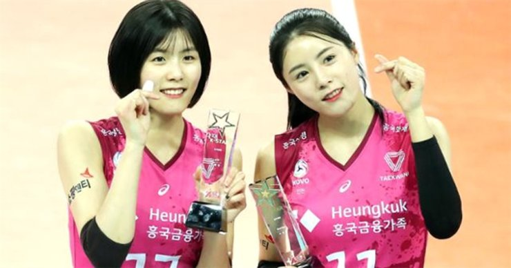 Volleyball twin sisters, Lee Jae-yeong, left, and Lee Da-yeong / Korea Times file