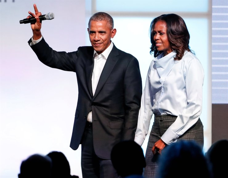 Former U.S. President Barack Obama and former first lady Michelle Obama greet guests during the first day of the Obama Foundation Summit in Chicago, Illinois, U.S. October 31, 2017. Reuters-Yonhap