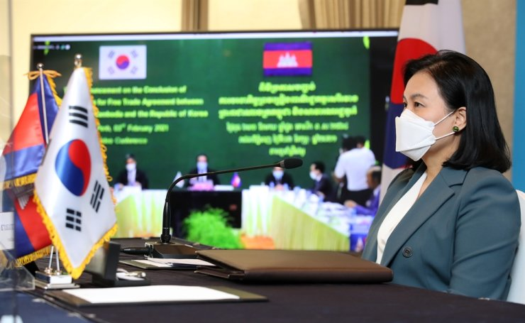 Trade Minister Yoo Myung-hee and her Cambodian counterpart Pan Sorasak attend Wednesday's online meeting for FTA negotiations between the two countries. Yonhap