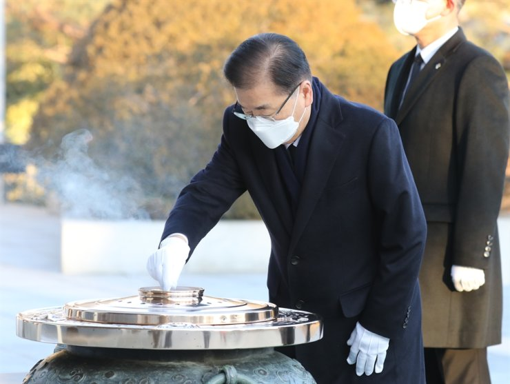 New Foreign Minister Chung Eui-yong burns incense during his visit to the National Cemetery in Seoul, Tuesday. / Yonhap
