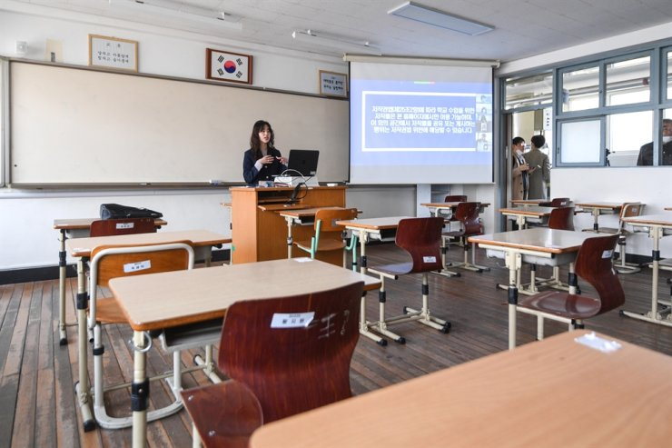 A teacher prepares online classes in an empty classroom in Seoul, in this April. 9 photo. Yonhap