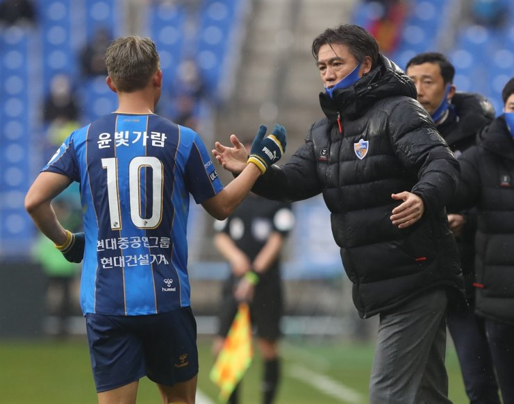 Ulsan Hyundai head coach Hong Myung-bo, right, celebrates with the team's midfielder Yoon Bitgaram after the latter scored a goal against Gangwon FC during the K League 1 match at the Munsu Stadium in Ulsan, March 1. / Yonhap