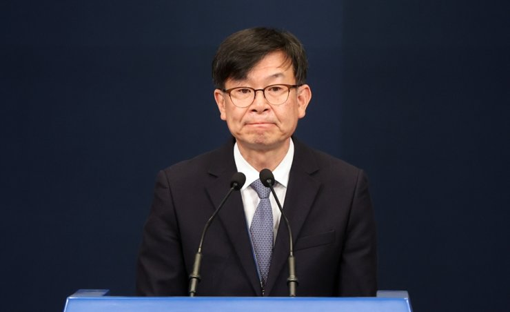 Former presidential chief of staff for policy Kim Sang-jo announces his resignation during a press conference at Cheong Wa Dae, Monday. Yonhap