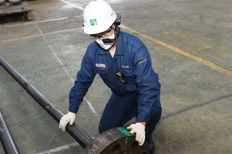 An S-Oil employee wears a smart helmet in this promotion photo. / Courtesy of S-Oil