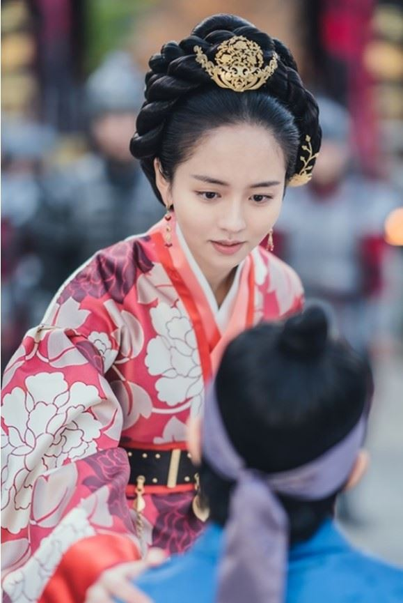 Actress Shin Hye-sun, left, is seen wearing a phoenix 'binyeo,' or hairpin, while Seol In-ah is seen wearing a lovebird 'binyeo' in 'Mr. Queen.' Courtesy of tvN