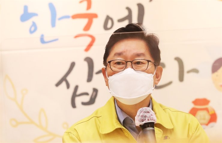 Justice Minister Park Beom-kye speaks during his visit to a manufacturing factory in Ansan, Gyeonggi Province, Friday. Yonhap
