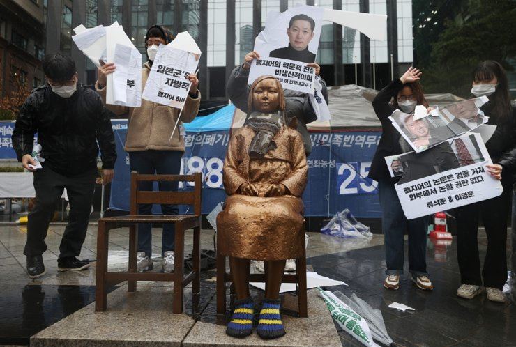 Activists protest against a Harvard University professor's article that describes the victims of Japan's wartime sexual slavery as prostitutes, in front of the Japanese Embassy in Seoul, March 1. In the U.S., the Philadelphia City Council adopted a resolution, Thursday (local time), condemning the professor. Yonhap