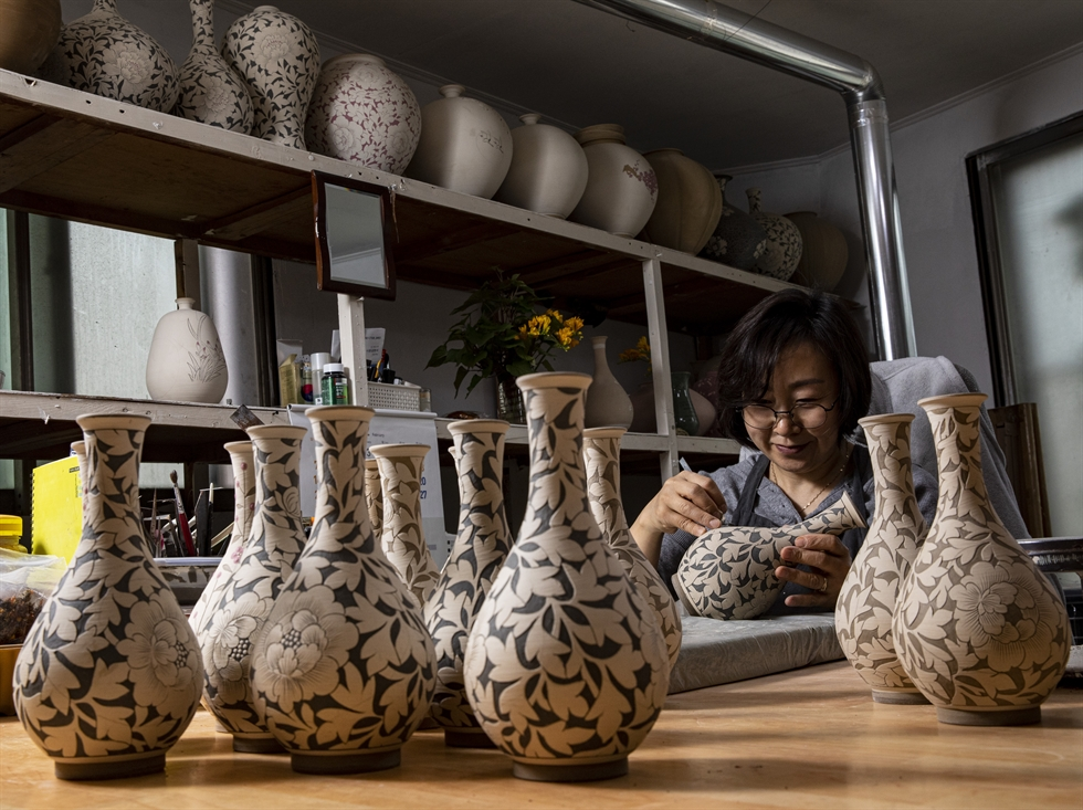 Ceramic artist Kim Hak-seung, founder of the ceramic studio Towoll, makes celadon at his studio in Sagimakgol Pottery Village in Icheon, Gyeonggi Province, on March 18. He and his wife Cho Jung-soon, not seen in this photo, have produced traditional wares of Goryeo Kingdom for the past three decades since he graduated from high school. Korea Times photo by Shim Hyun-chul