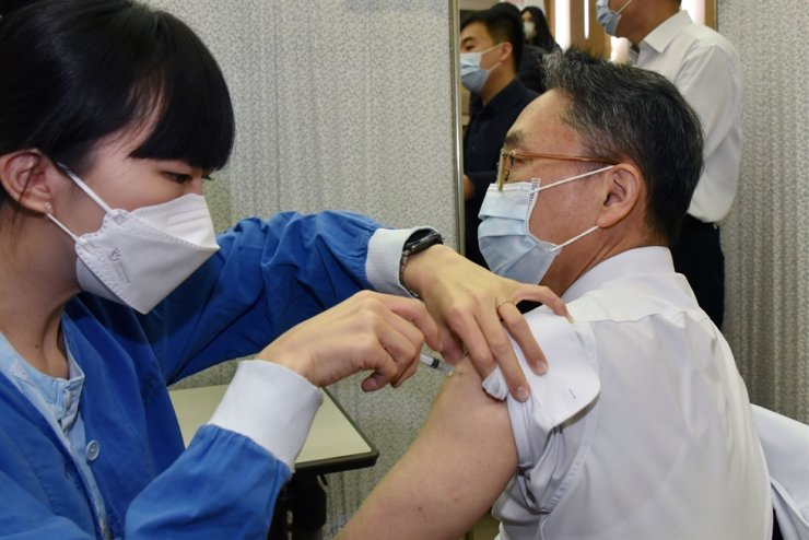A medical worker at Seoul National University Hospital receives a coronavirus vaccine from AstraZeneca at the hospital in Jongno, Seoul, Thursday. Joint Press Corps