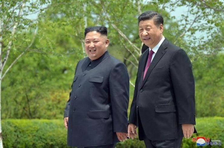North Korean leader Kim Jong-un, left, and Chinese President Xi Jinping / Yonhap