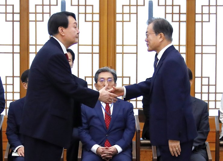 President Moon Jae-in shakes hands with Prosecutor General Yoon Seok-youl during an appointment ceremony at Cheong Wa Dae, July 25, 2019. Yonhap