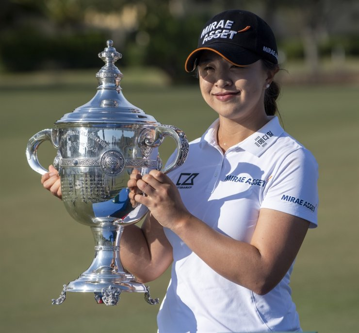 Kim Sei-young holds a trophy at the Tiburon Golf Club in Naples, Florida, in this December 2020 file photo, after she was named the 2020 LPGA Player of the Year. Reuters-Yonhap