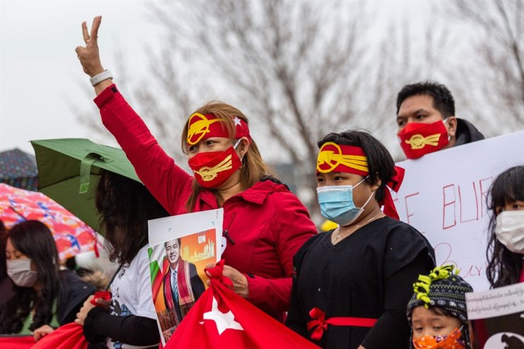One of the demonstrators holds up the three-fingered salute during the 'Global Protest Revolution Day for Myanmar' in Minnesota, March 27. AFP-Yonhap