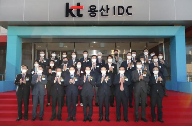 KT executives and government officials take a celebratory picture during the launch of the KT Yongsan IDC in November last year. / Courtesy of KT