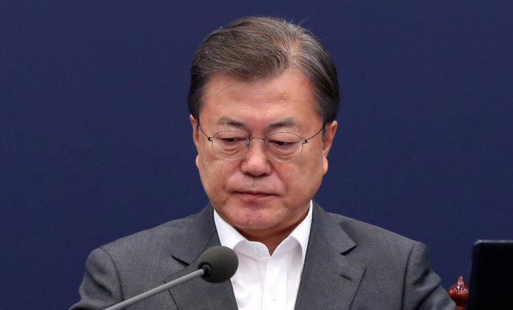President Moon Jae-in presides over a meeting with his key aides at Cheong Wa Dae, Monday. Yonhap