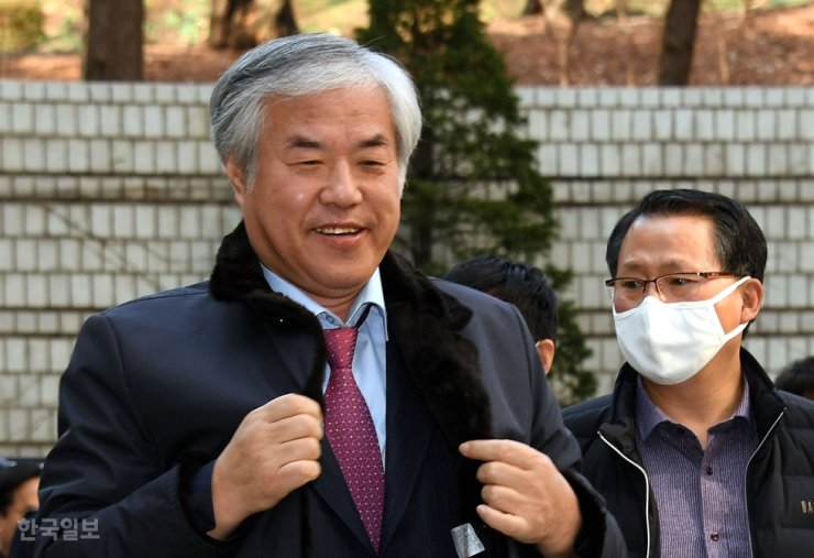 Rev. Jun Kwang-hoon, pastor of the Sarang Jeil Church, walks into the Seoul Central District Court for a trial hearing, in this Feb. 24, file photo. Korea Times file