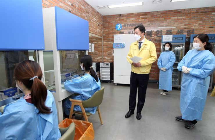 A government official surveying a coronavirus vaccine center in Sadang, Seoul, ahead of planned vaccine inoculations on April 1, Thursday. Yonhap