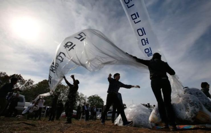 Members of Fighters for a Free North Korea, an organization of North Korea defectors, fly leaflets to the North in Paju, Gyeonggi Province, in this 2016 photo. Yonhap
