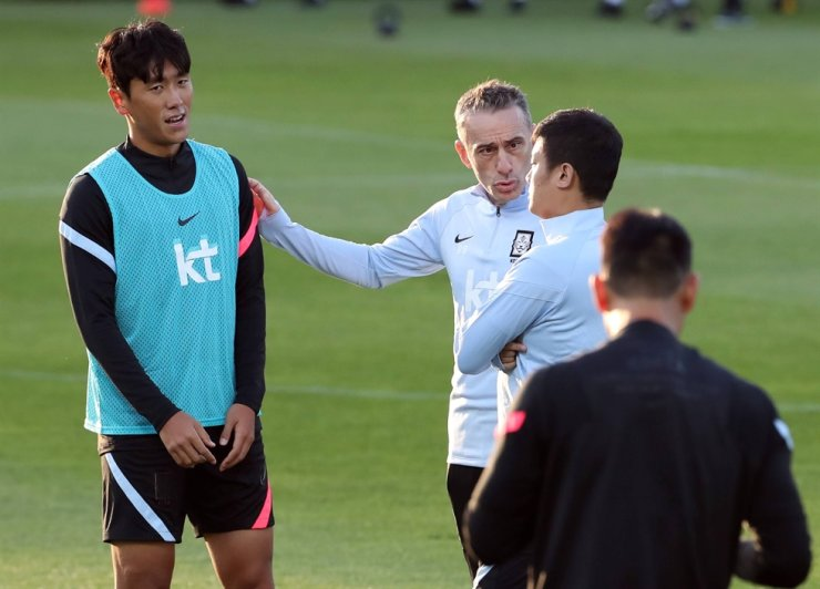 South Korea's national team coach Paulo Bento, second from left, speaks to midfielder Won Du-jae, left, during A training session at the Paju National Football Center in Gyeonggi Province, Oct. 5. / Yonhap