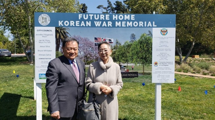 Kim Ji-mee, right, poses with Joseph Pak, the secretary-general of the Orange County Korean War Memorial Committee, at the planned site for the memorial in Fullerton, Calif., in this photo provided by the committee. Yonhap