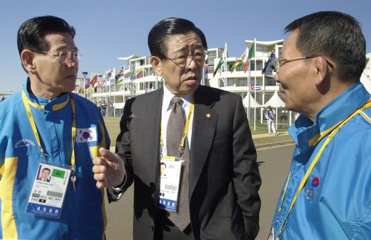 Kim Un-yong, center, then International Olympic Committee vice president, poses with South Korean delegation members to 2020 Sydney Olympic Games. Korea Times file