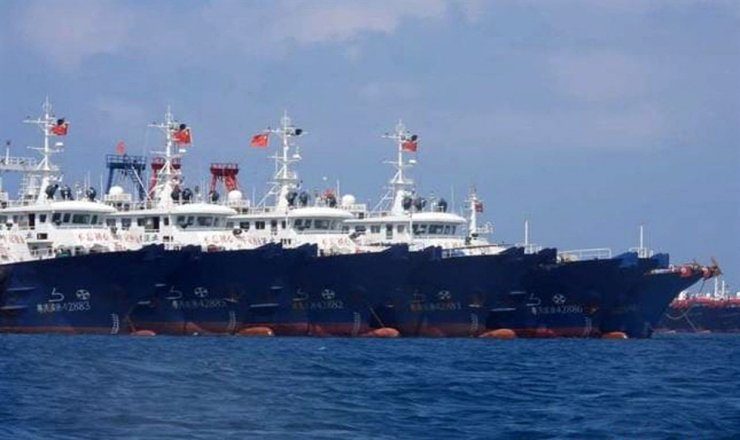 This undated handout photo taken by the Philippine Coast Guard (PCG) and received from the Philippine Communications Operations Office (PCOO) on March 22, 2021 shows Chinese Maritime vessels anchored at the Whitsun Reef, around 320 kilometres (175 nautical miles) west of Bataraza in Palawan in the South China Sea. Yonhap-AFP