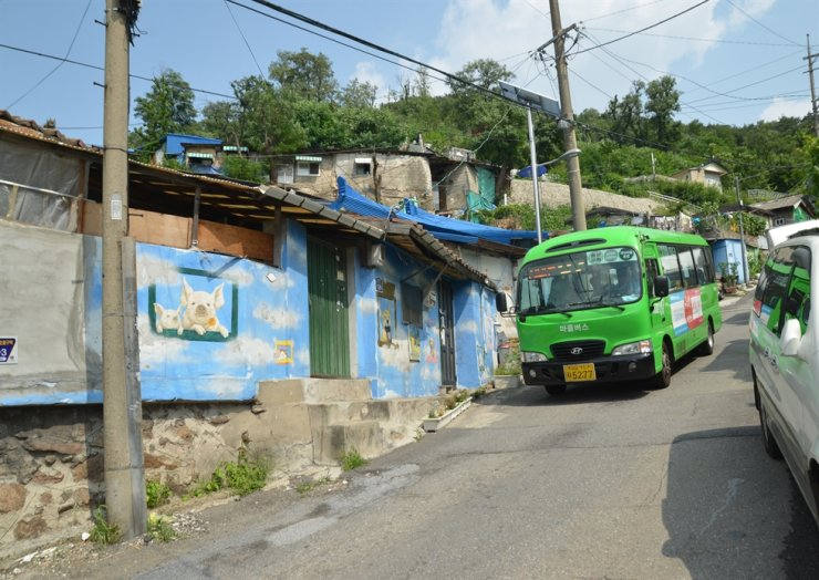 A village bus descends the steep road of Guryong Village in northwestern Seoul, June 19, 2016. / Courtesy of Ron Bandun