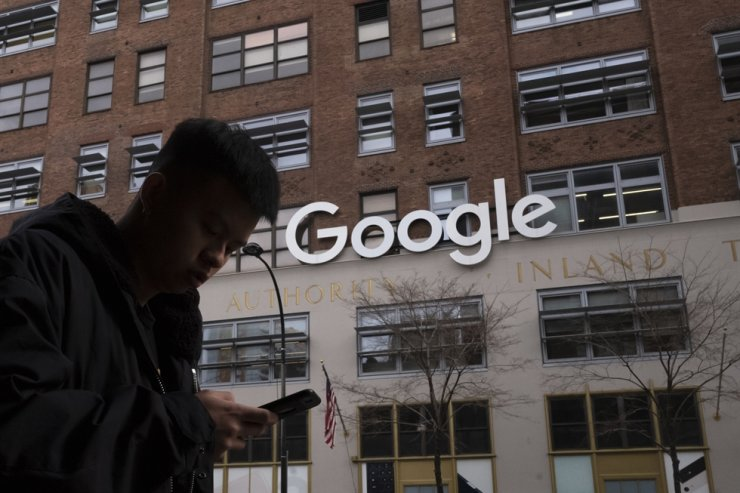 A man walks past Google offices in New York in this 2018 file photo. AP-Yonhap