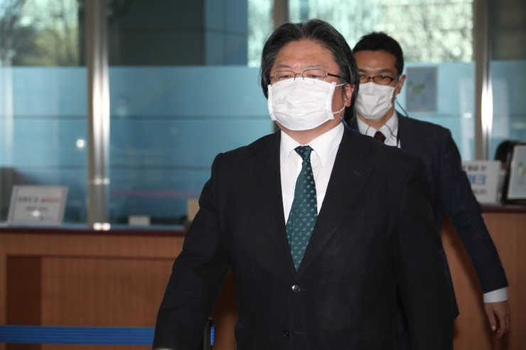 Hirohisa Soma, deputy head of mission at the Japanese Embassy to South Korea, enters the Ministry of Foreign Affairs building in Seoul, Tuesday, as the ministry summoned him to lodge a protest against Japan's approval of school textbooks renewing its territorial claims to Korea's easternmost islets of Dokdo. Yonhap