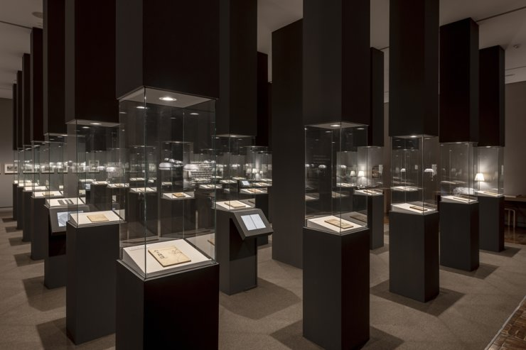Installation view of 'Encounters Between Korean Art and Literature in the Modern Age' featuring first editions of modern Korean literature at the National Museum of Modern and Contemporary Art, Deoksugung / Courtesy of MMCA