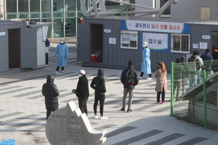 Citizens stand in line to take a COVID-19 test at a makeshift testing site in Dongducheon, Gyeonggi Province, March 3. Yonhap