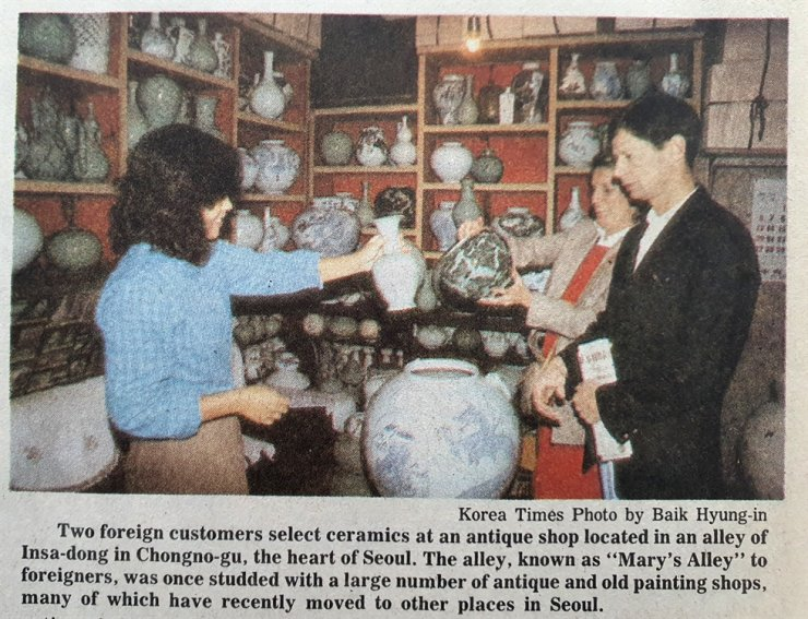 Foreigners shop for ceramics in Seoul's Insa-dong, which was also known as 'Mary's Alley,' published in The Korea Times Nov. 1, 1985. / Korea Times Archive