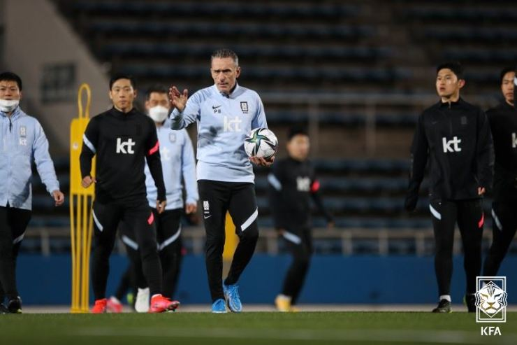 South Korea's national football team boss Paulo Bento, center, speaks to players during a training session at the Mitsjawa Stadium in Yokohama, Japan, March 23. / Courtesy of Korea Football Association