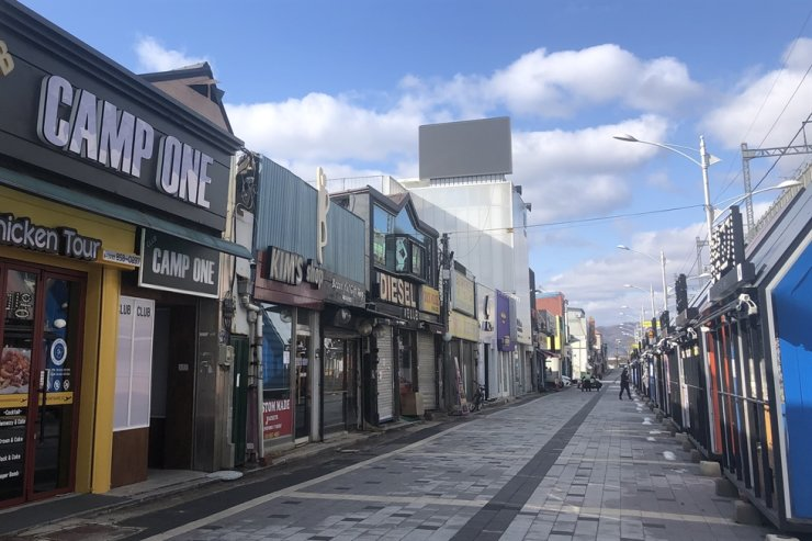 The shopping street at Dongducheon in Gyeonggi Province is almost empty, March 2. All foreigners in the province have been ordered to take the COVID-19 test before March 22. Yonhap