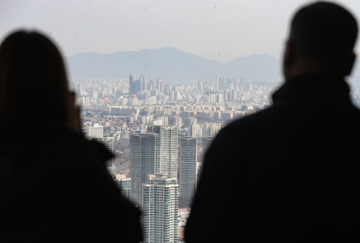 The number of married couples in South Korea fell to an all-time low in 2020, according to Statistics Korea on Thursday. Yonhap