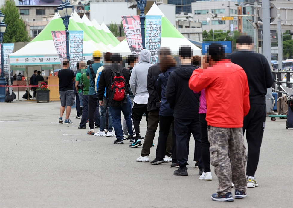 A COVID-19 vaccination center in Daegu's Suseong District is crowded with visitors, April 23. Yonhap