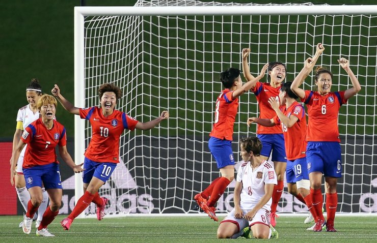 South Korean women's national football players celebrate after defeating Spain 2-1 in 2015 FIFA Women's World Cup's preliminary group match held in Ottawa, Canada, June 18, 2015. Yonhap