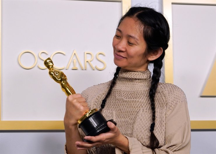 Director/Producer Chloe Zhao, winner of the award for best picture for 'Nomadland,' poses in the press room at the Oscars on April 25 at Union Station in Los Angeles. AFP-Yonhap