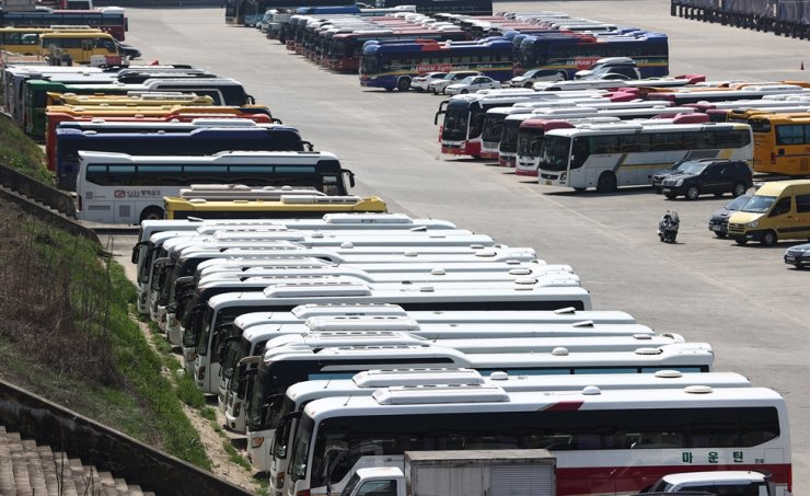 Rental buses are parked at Tancheon public parking lot in Seoul's Songpa District on April 6. Korea's Ministry of Land and Transportation said they will roll out a subsidy fund for those in the rental bus operating business, which was hit by COVID-19's financial impact. Yonhap