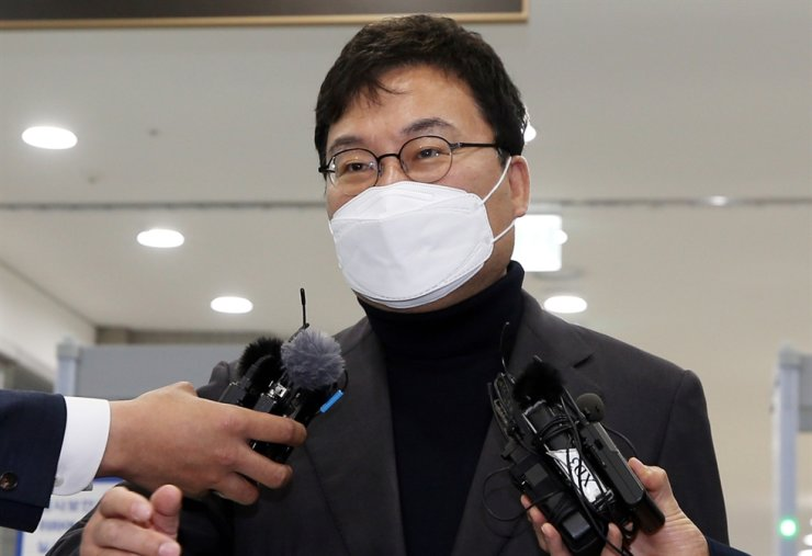 Lee Sang-jik, an independent lawmaker and the founder of cash-strapped Eastar Jet, speaks to reporters at the Jeonju District Court, North Jeolla Province, April 16, after a hearing on his charges of violating the Public Official Election Act. At the time, Lee said he was willing to cooperate with the prosecution's separate investigation into his alleged embezzlement and breach of trust. Yonhap