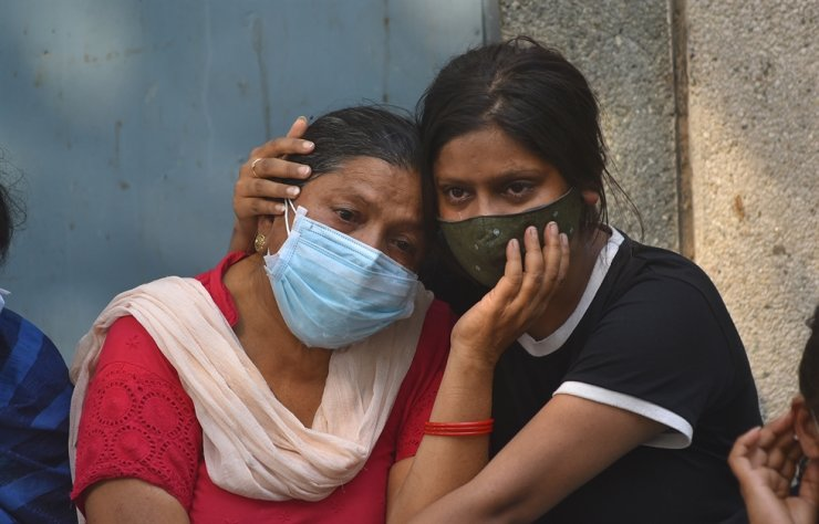 Grieving family members of COVID-19 victims at a cremation ground in New Delhi, India, April 29, 2021 / EPA-Yonhap