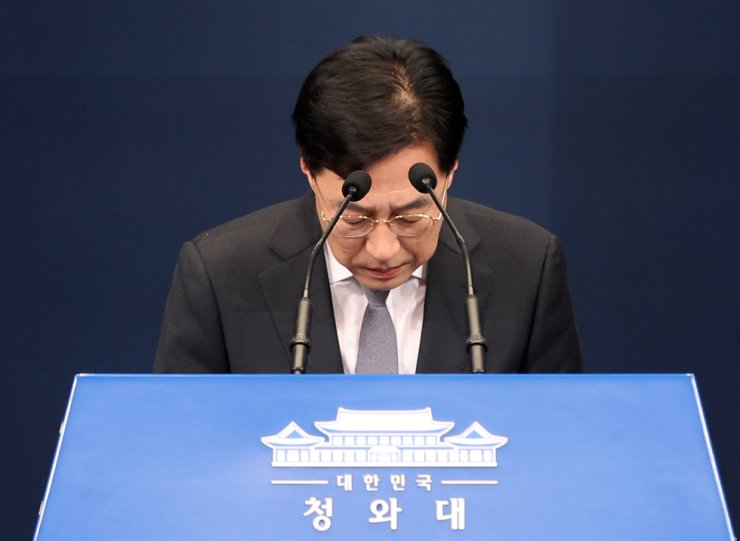 Presidential spokesman Kang Min-seok bows during a news conference at Cheong Wa Dae, Thursday. Kang said President Moon Jae-in is taking the ruling bloc's defeat in Wednesday's mayoral by-elections for Seoul and Busan as 'a stern reprimand.' Yonhap