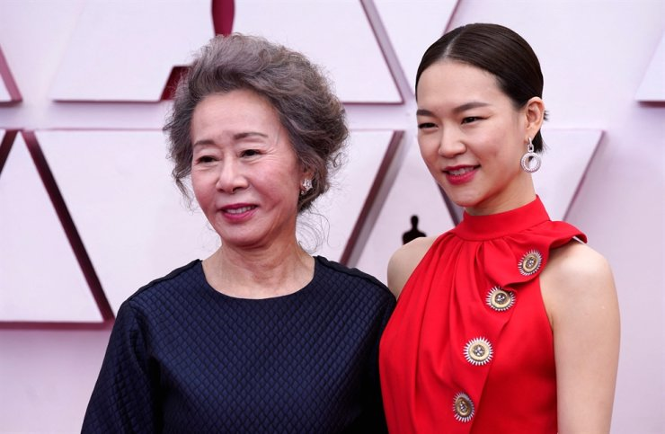 Actresses Youn Yuh-jung, left, and actress Han Ye-ri arrive at the Oscars at Union Station in Los Angeles, April 25. AFP-Yonhap