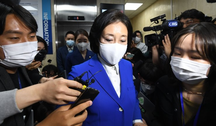 Park Young-sun of the ruling Democratic Party of Korea leaves the party headquarters in Seoul, Wednesday, after making a comment accepting her defeat in the Seoul mayoral by-election. Yonhap