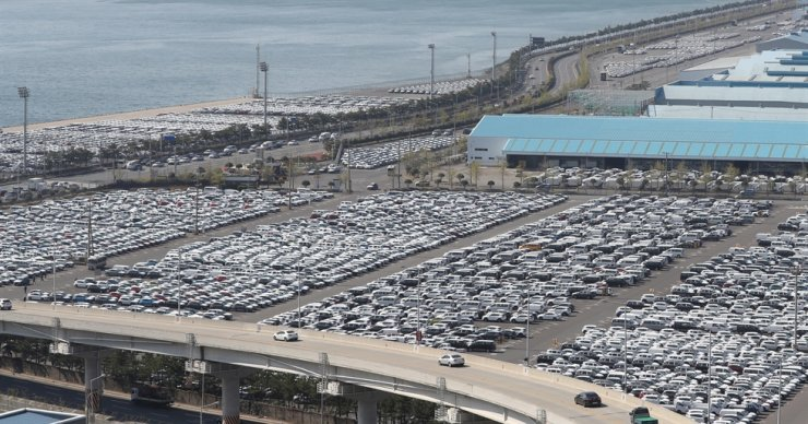 Thousands of Hyundai vehicles are parked at its Ulsan plant waiting to be shipped overseas. Yonhap