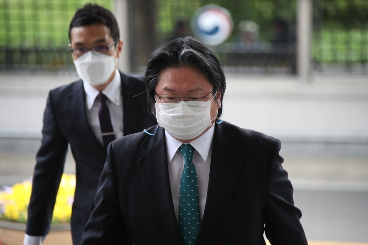 Hirohisa Soma, deputy chief of mission at the Japanese Embassy in Seoul, enters the building of the Ministry of Foreign Affairs in Seoul, April 27. Yonhap